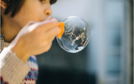 kids-playing-bubbles